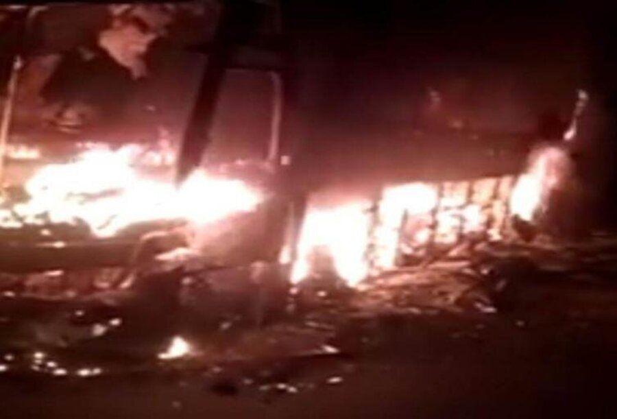 Autobús de servicio público incinerado en vía Zipaquirá